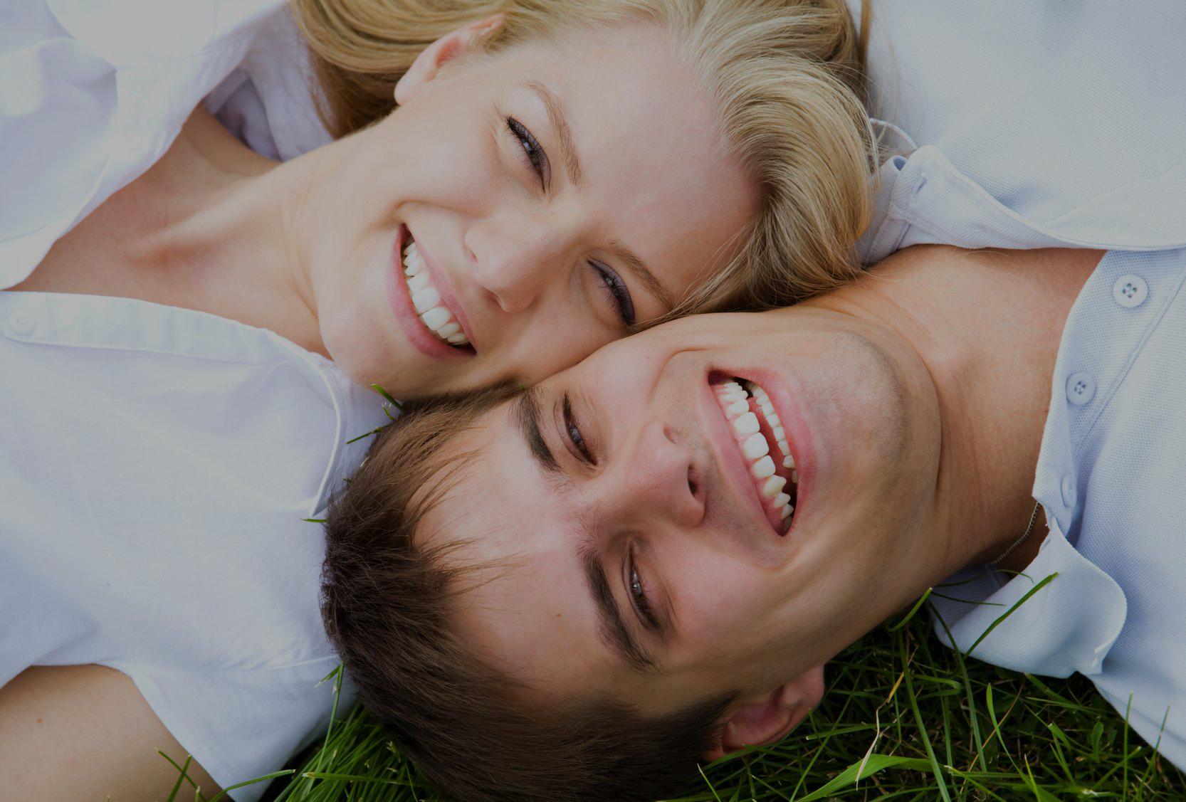 selfie di sposi felici sdraiati sul prato che sorride dopo terapia di coppia